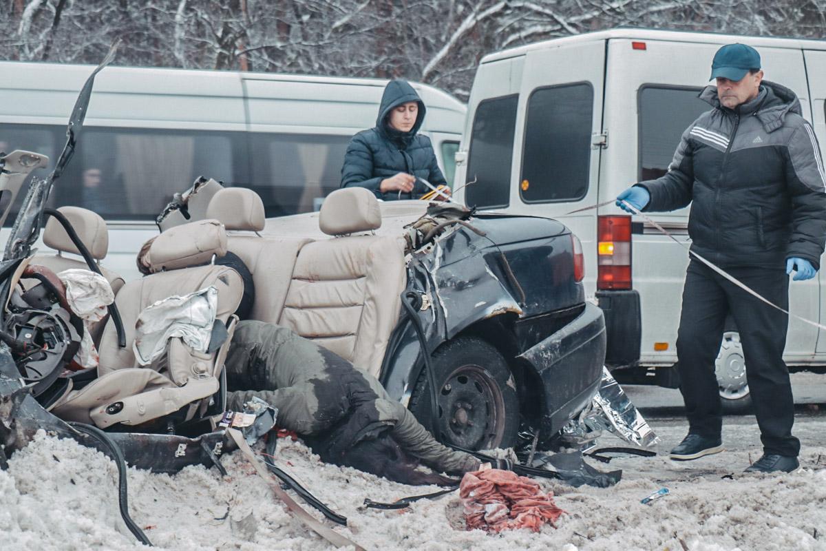 Opel c водителем и четырьмя пассажирами на скользкой дороге потерял управление и влетел в грузовик сзади