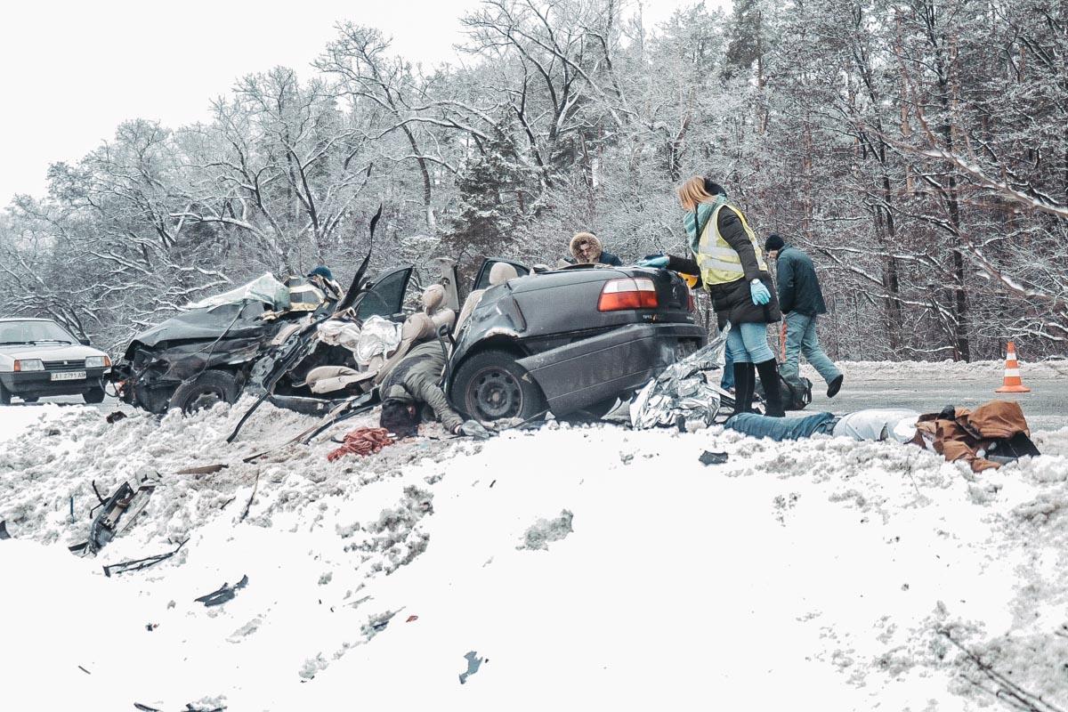 В результате аварии водитель и две женщины-пассажира легковушки скончались на месте