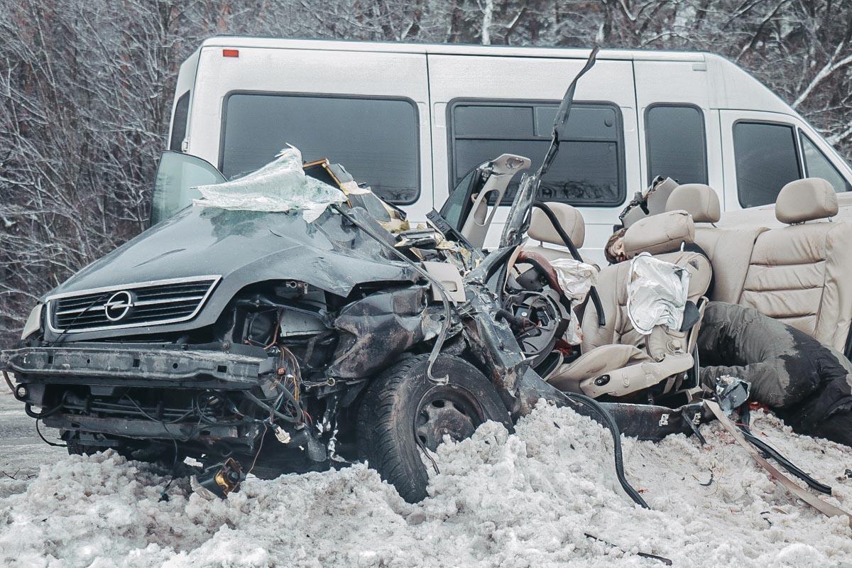 Чтобы извлечь тела из искореженной машины спасателям пришлось применить специнструмент и срезать крышу Opel