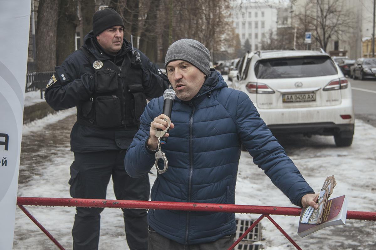 Один из участников акции вызвался передать собранные средства президенту Украины