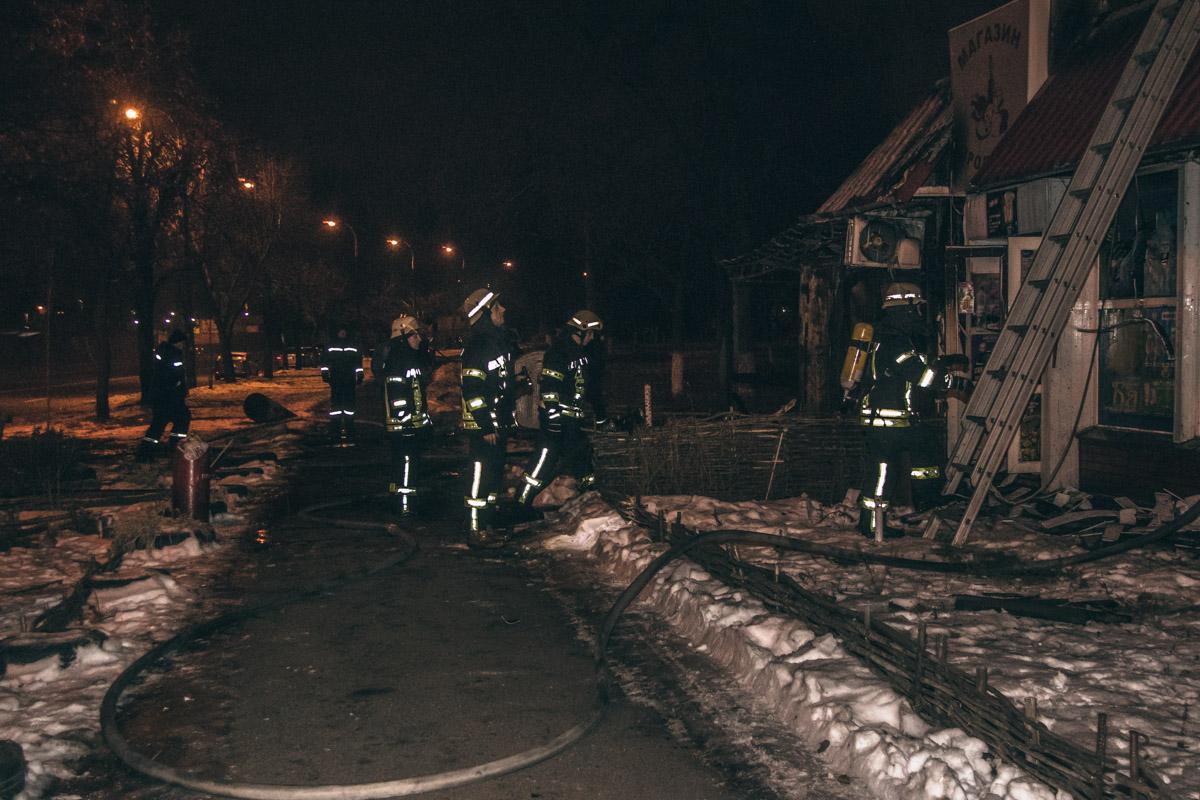 По состоянию на 5:10 сотрудники ГСЧС локализовали пожар и продолжали его ликвидировать