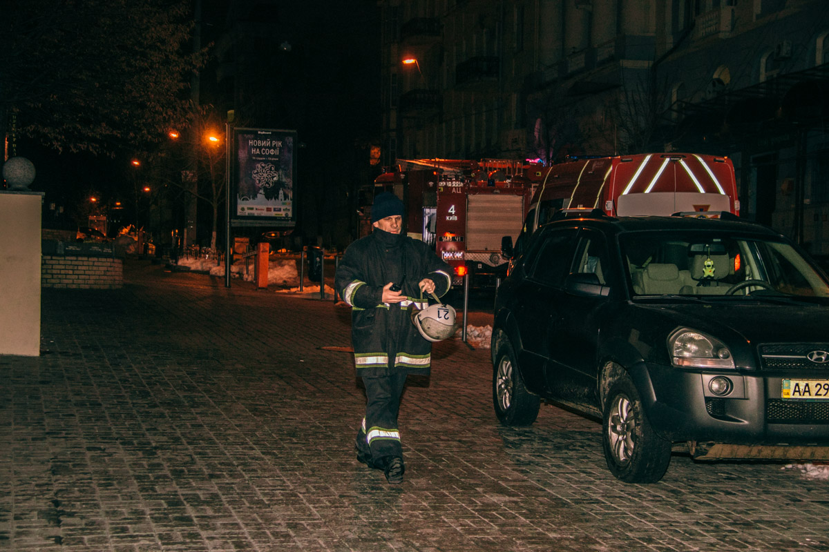 На место инцидента прибыли десять единиц пожарно-спасательной техники