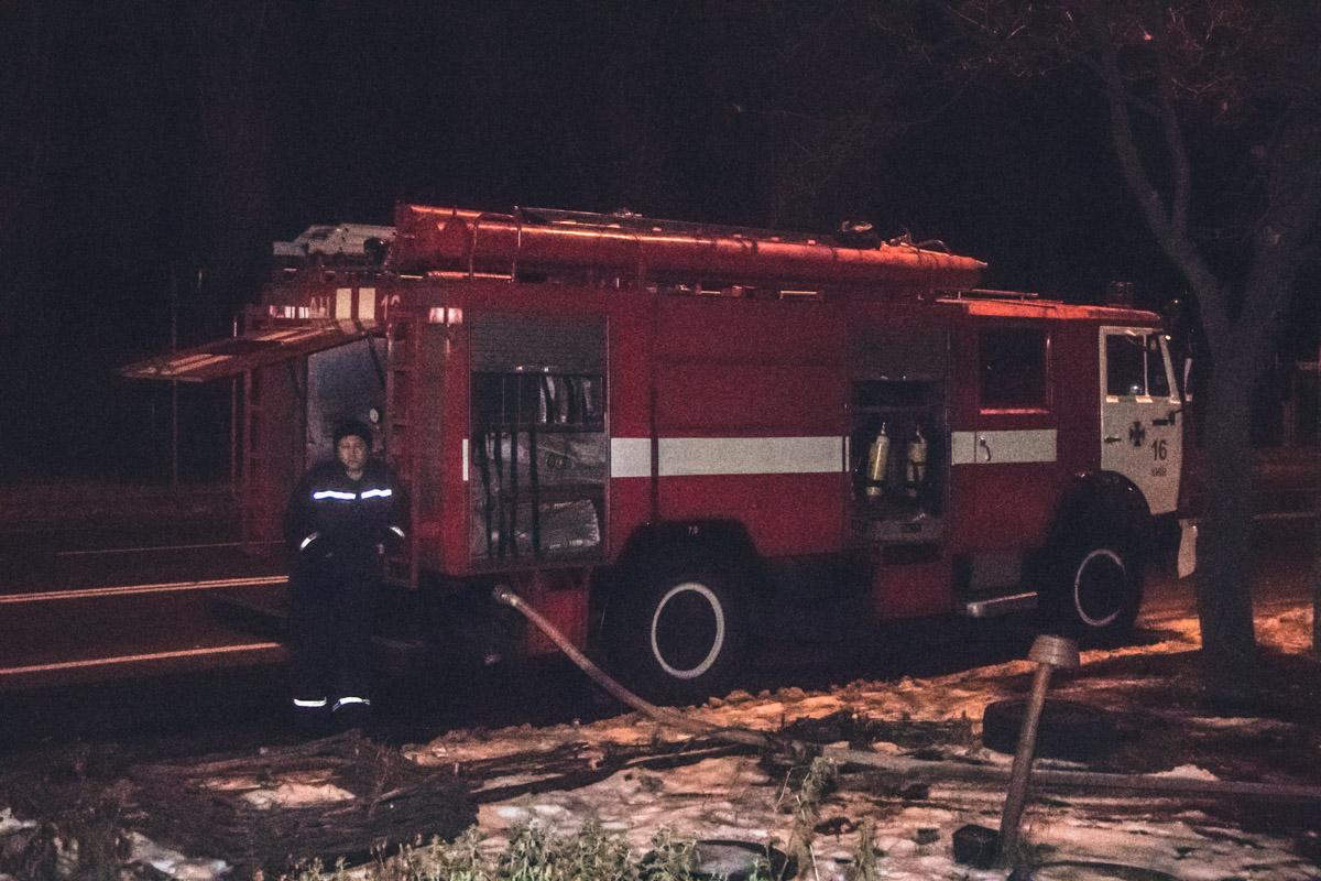 На место инцидента прибыли три единицы пожарно-спасательной техники