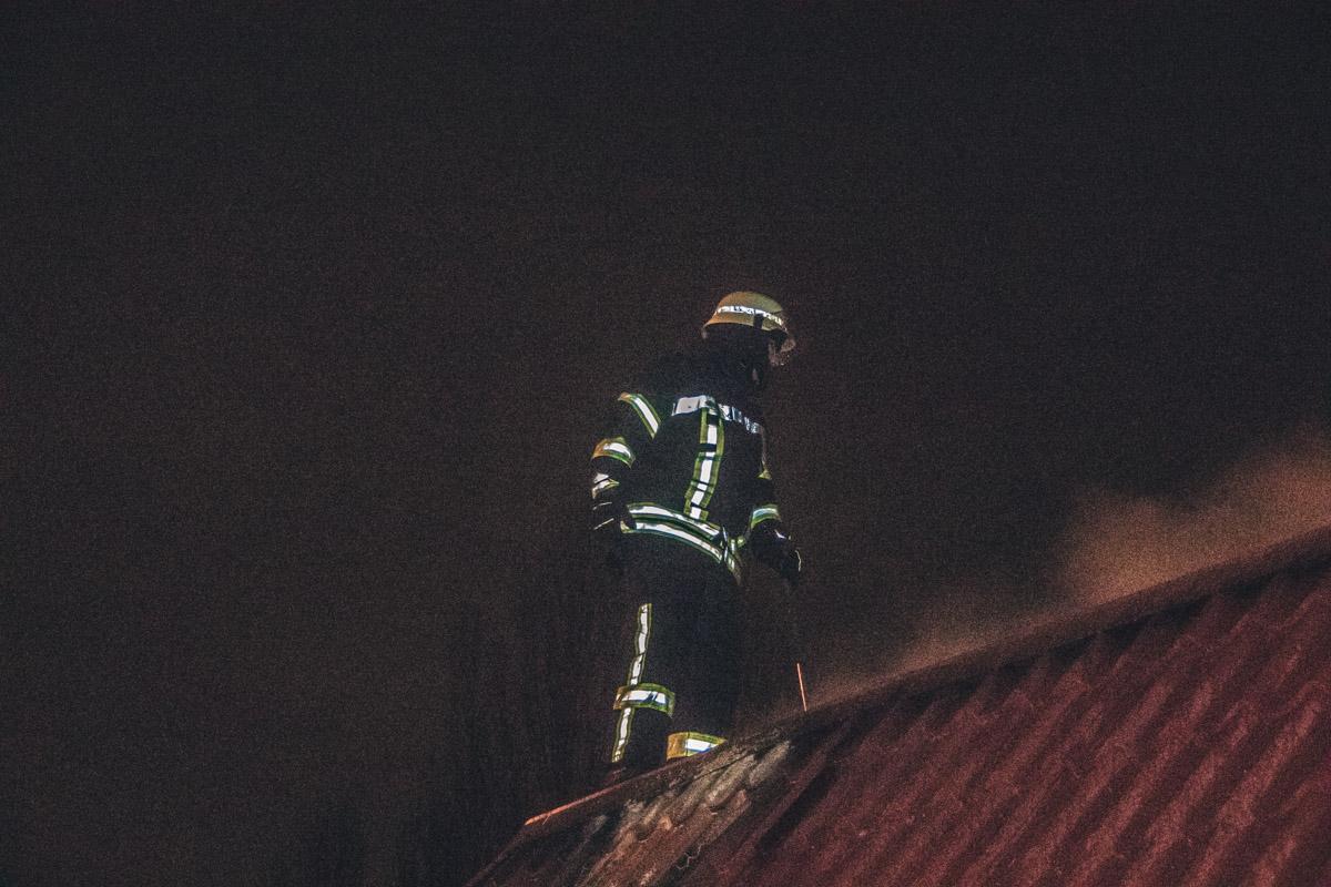 Огонь фактически уничтожил помещение, спасатели пытались ликвидировать его не только изнутри, но и с крыши