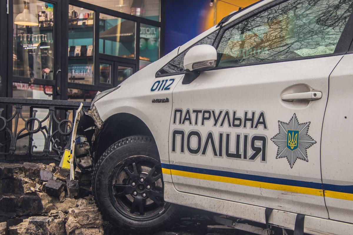 """Копы пытались уйти от столкновения с другим авто, от чего сбили пешехода на тротуаре и влетели в кафе """"Бинокль"""""""