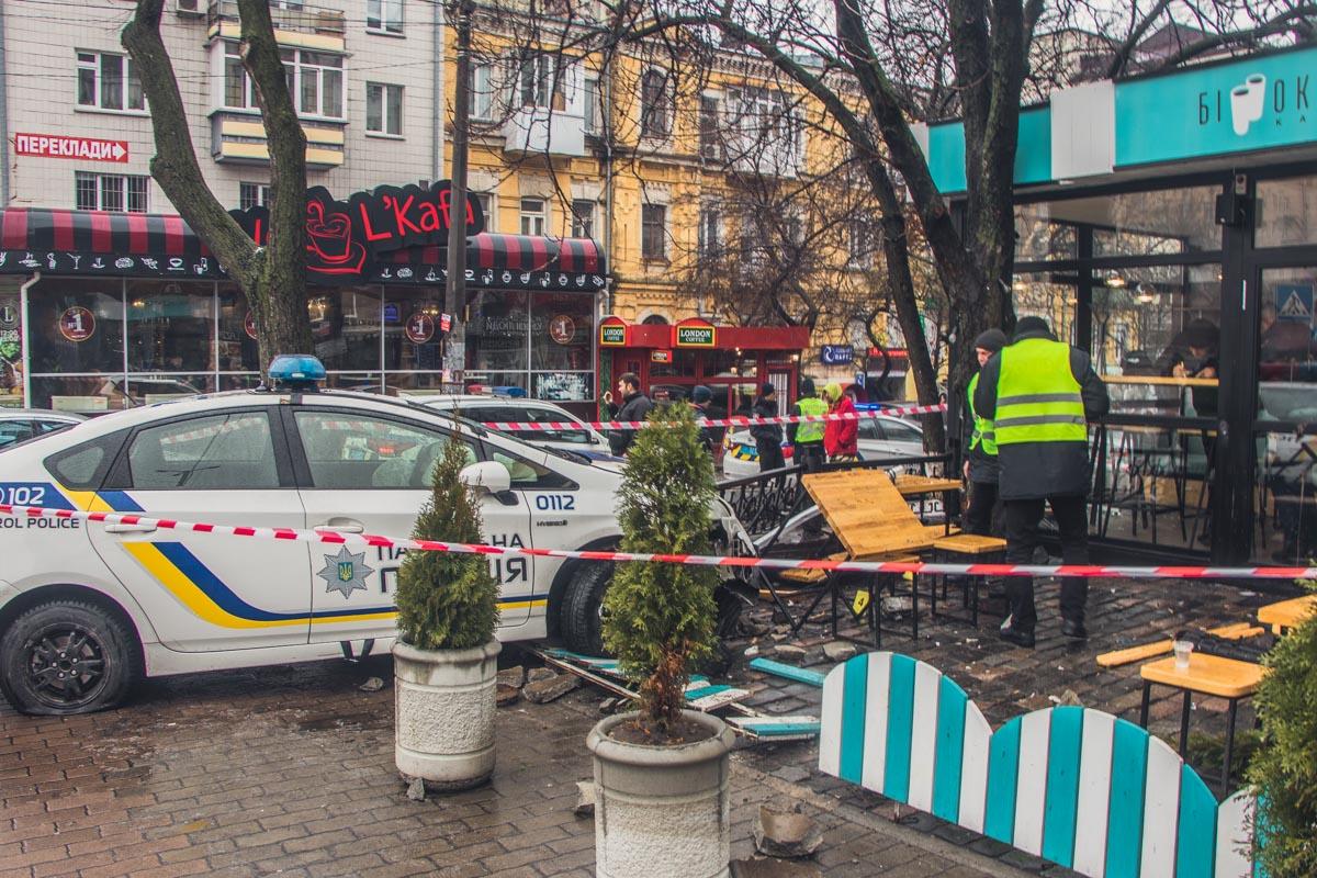 Копы пытались уйти от столкновения с другим авто, от чего сбили пешехода на тротуаре и влетели в кафе «Бинокль»