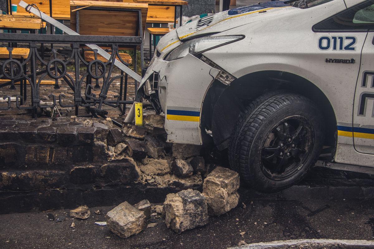 Уходя от столкновения, полицейские сбили пешехода