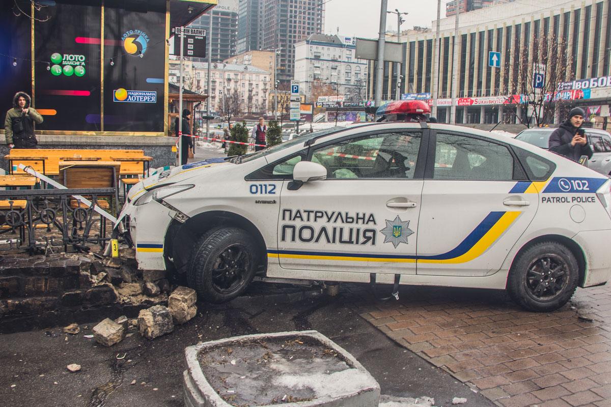 Чтобы уйти от столкновения, полицейским пришлось повернуть руль в сторону, из-за чего они и въехали в кафе