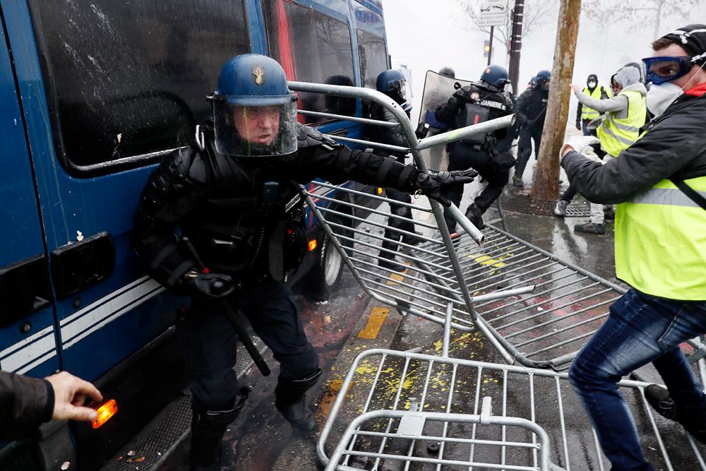 В городах Франции уже больше двух недель продолжаются протесты «желтых жилетов»