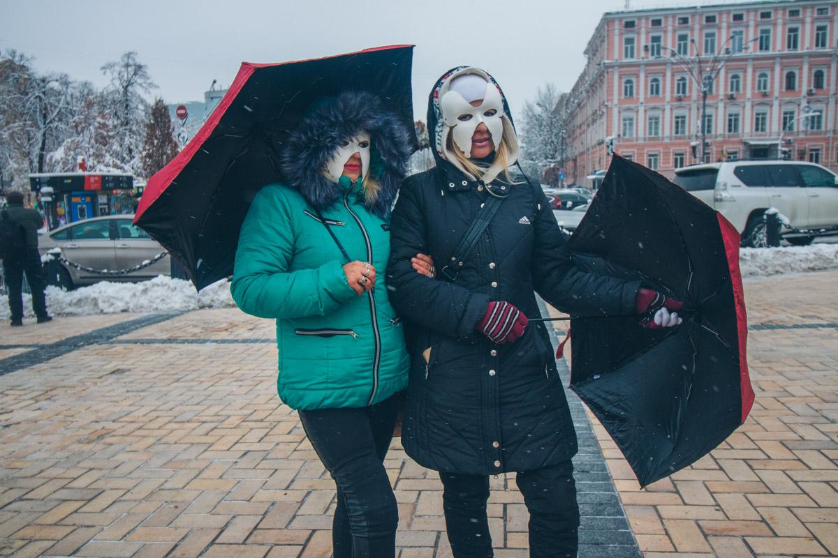 Большинство девушек скрывали лица за масками