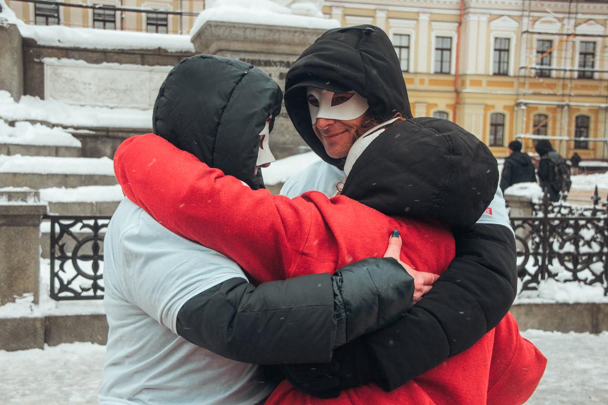 Секс-работники скрыли свои лица за масками