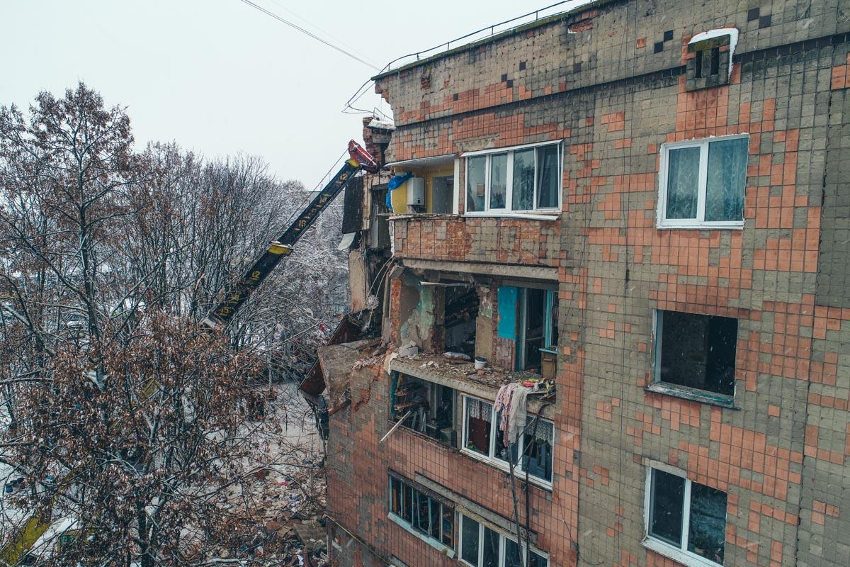 Уже около пяти часов спасатели разбирают разрушенные строительные конструкции