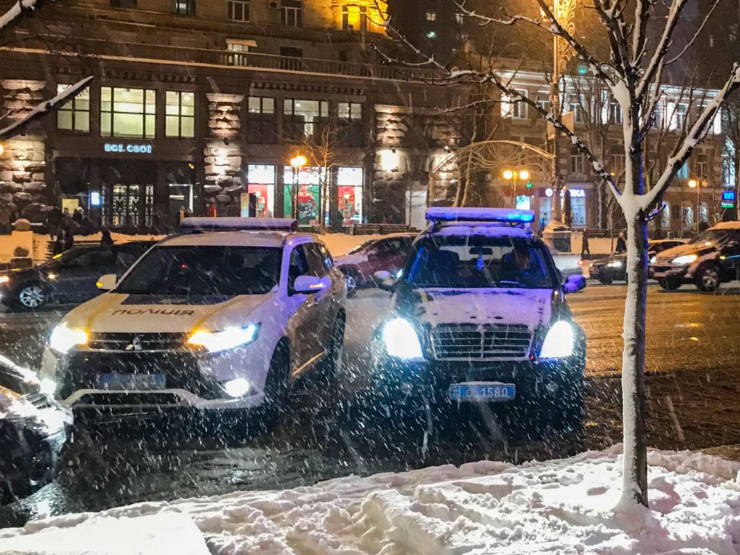Так как инцидент произошел на центральной улице Киева, на место оперативно прибыли патрульные и несколько спецподразделений полиции