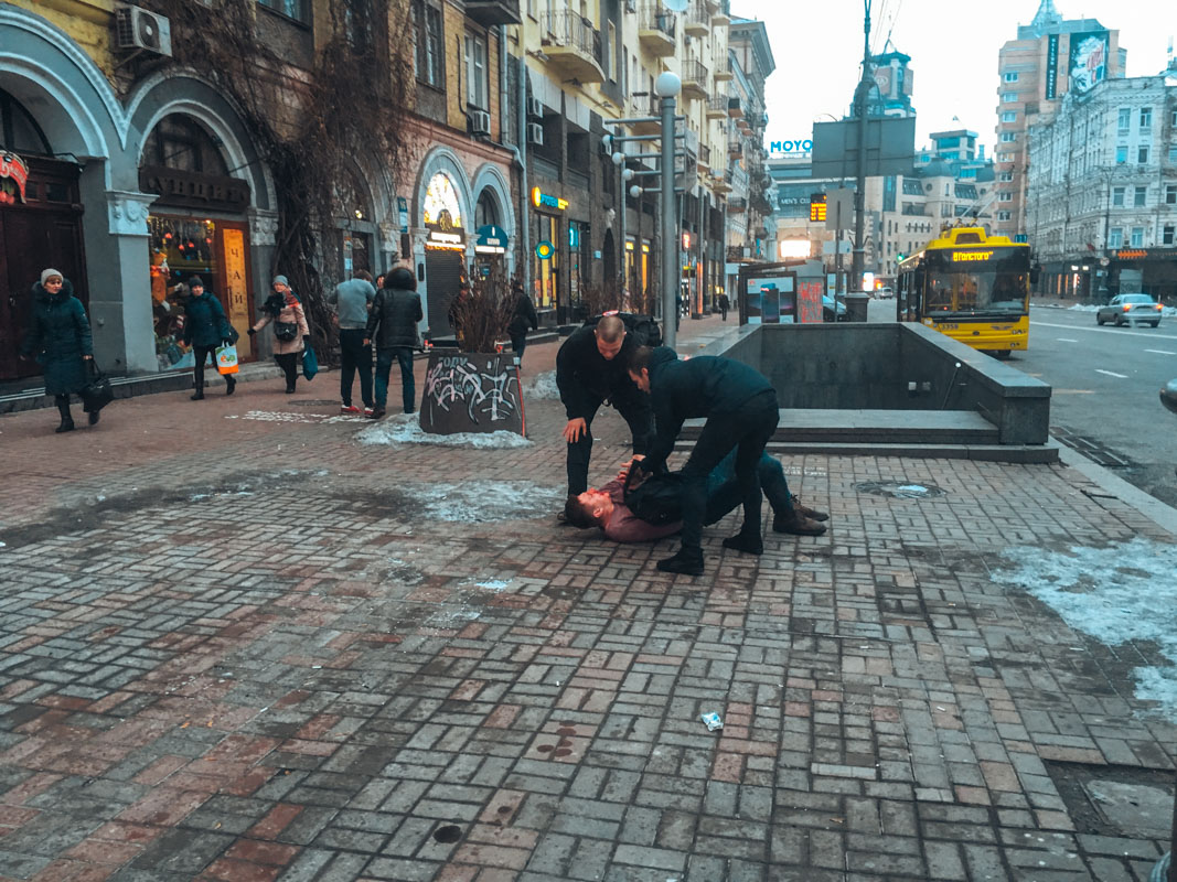 """В Киеве на улице Большой Васильковской возле паба """"Толстый Лев"""" произошла драка."""