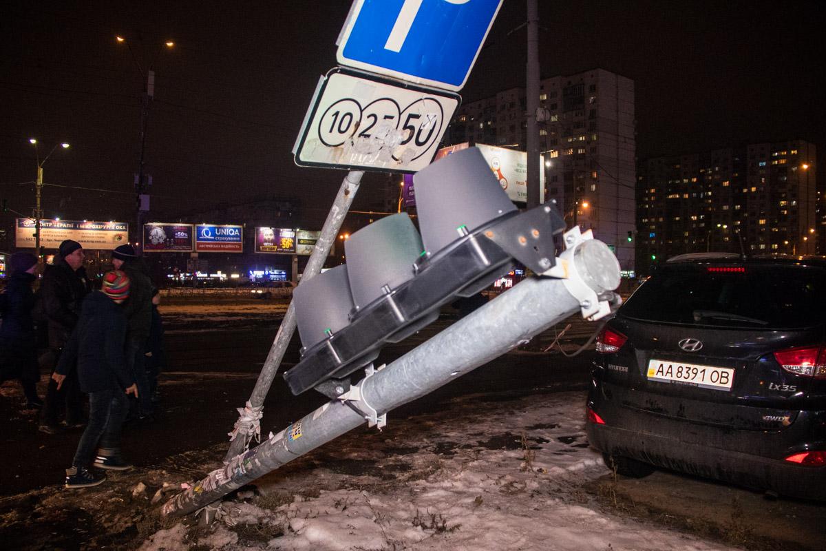 От удара машины снесли светофор на пешеходном переход и дорожный знак