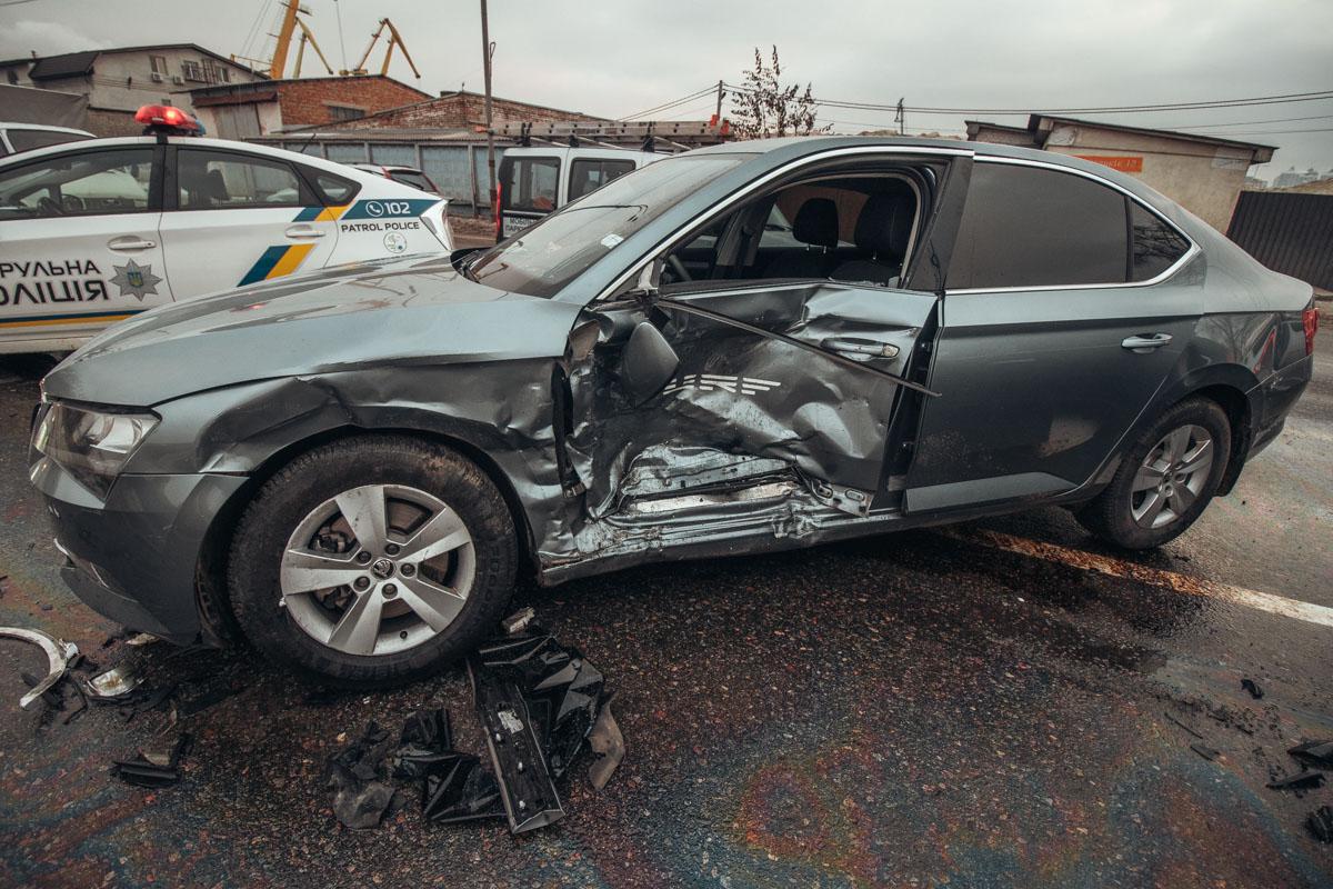 Удар пришелся прямо в водительскую дверь Skoda