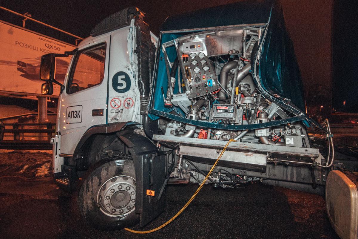 Бензовоз Volvo врезался в отбойник