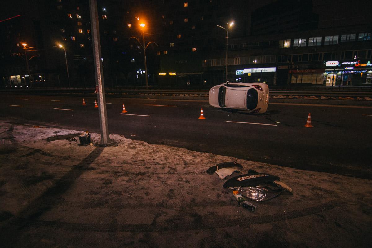 В ночь на 30 декабря в Киеве на улице Борщаговской Ford Ka влетел в отбойник и перевернулся