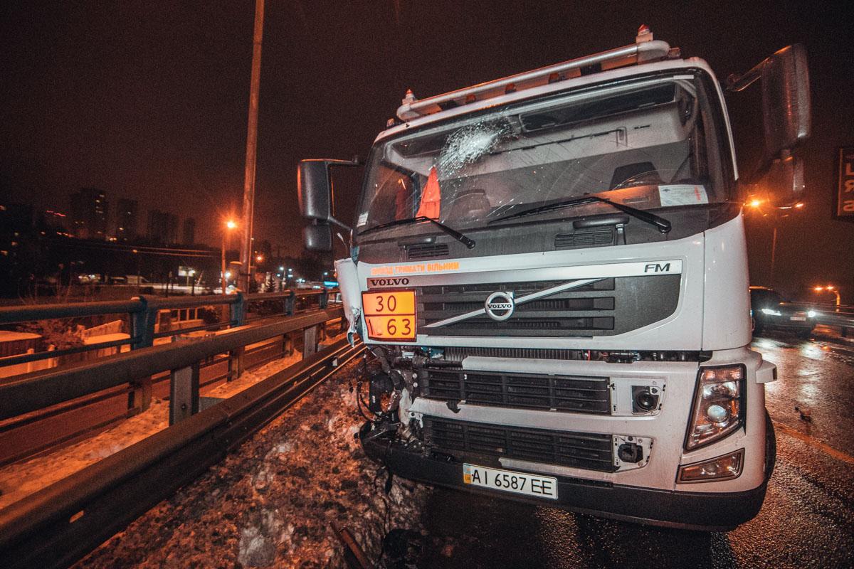 В ночь на 4 декабря в Киеве на путепроводе Столичного шоссе, возле Корчеватого, произошло ДТП