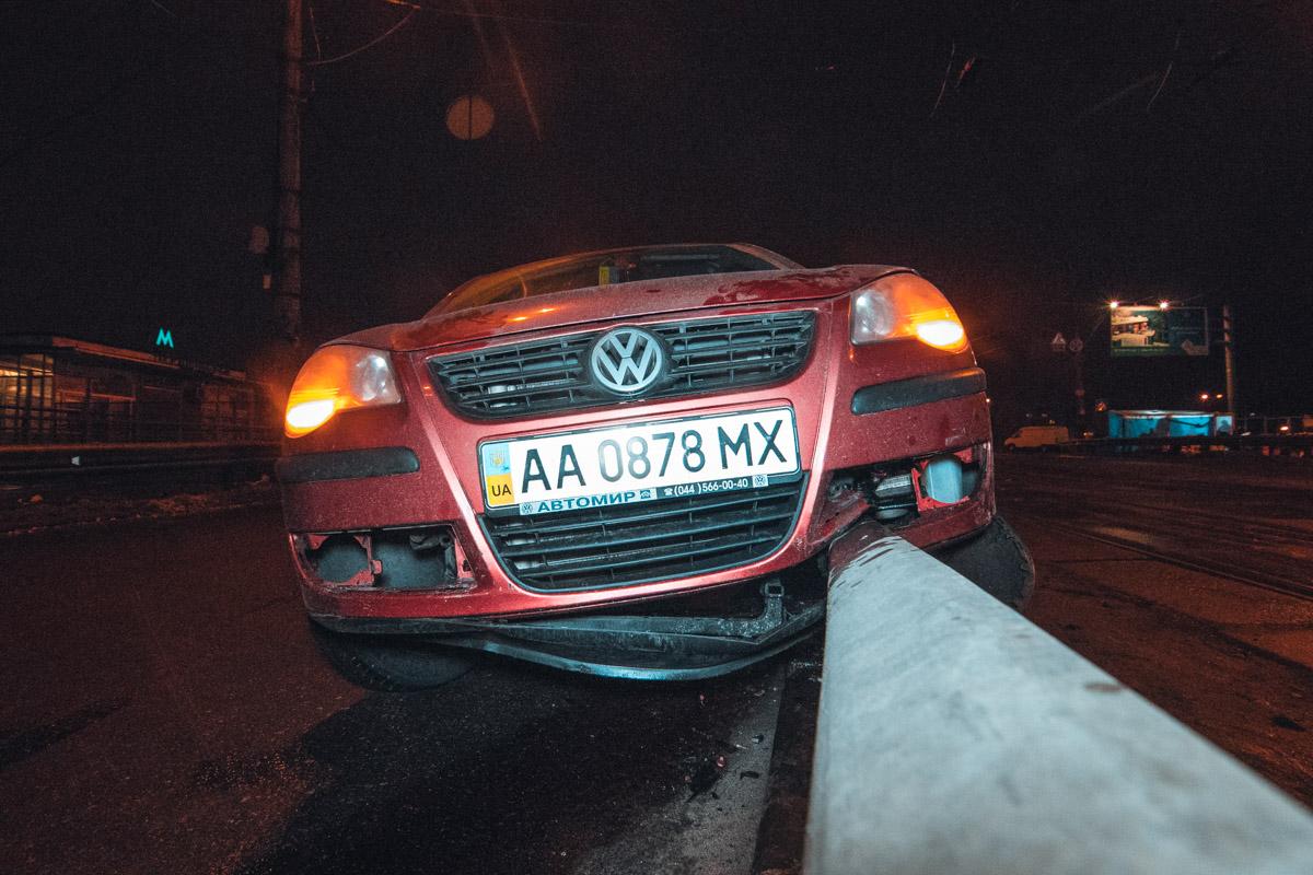 Volkswagen Polo службы такси Uklon налетел на отбойник
