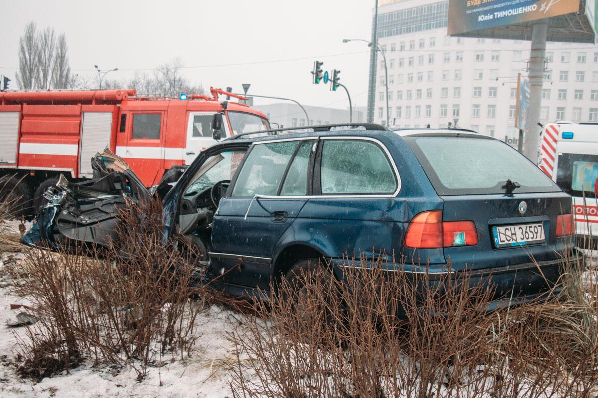 Водителя зажало в салоне машины, его вырезали спасатели при помощи специнструмента