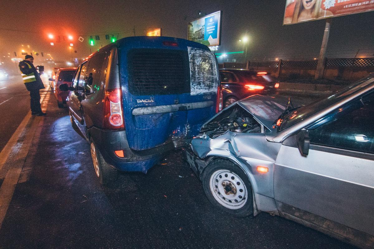 Влетевший в нее ВАЗ серьезно повредил заднюю часть авто, а столкновение с Chevrolet не осталось без следов для передка