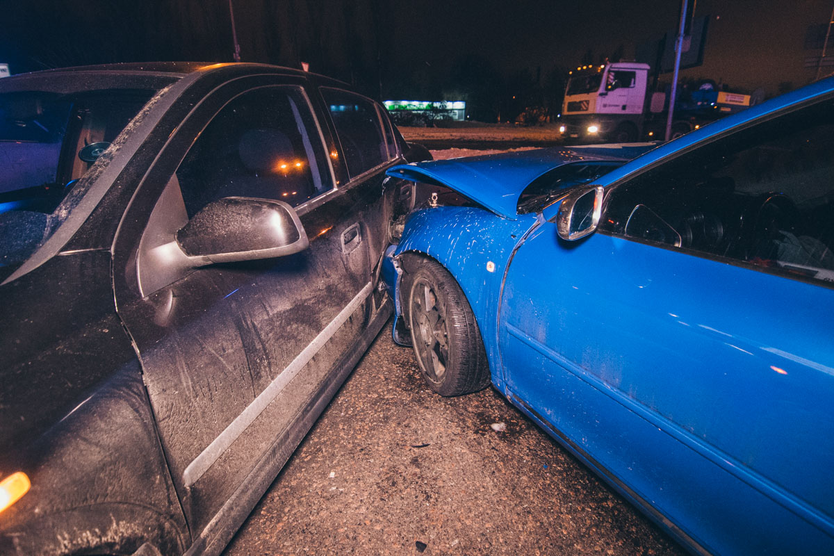 После перового столкновения, другие машины ударились по инерции