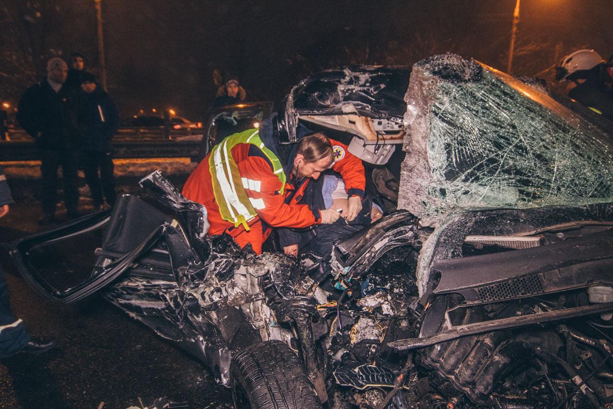 Легковая машина получила сильные повреждения, а женщину-пассажира зажало в салоне