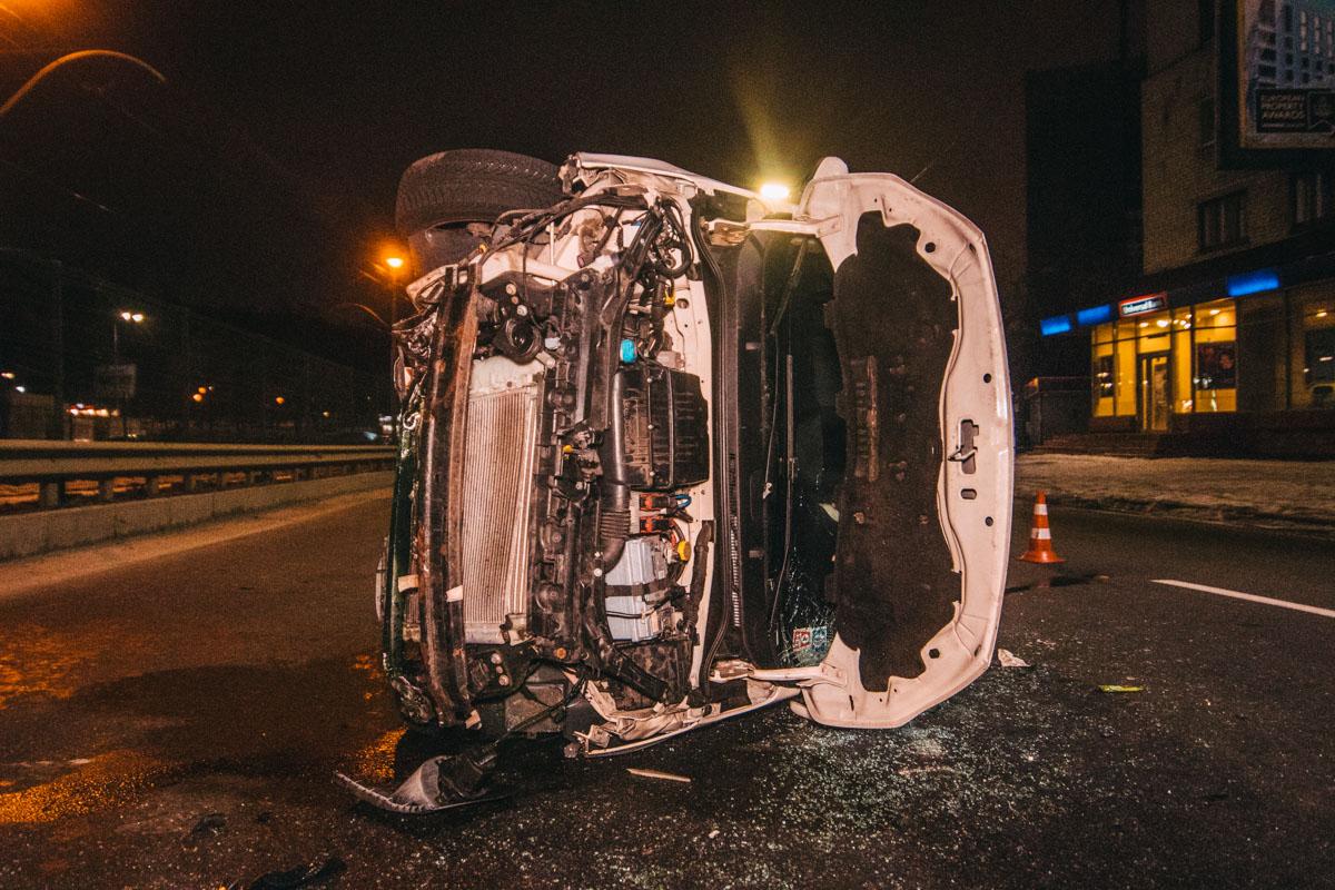 В результате столкновения лобовая часть авто серьезно пострадала