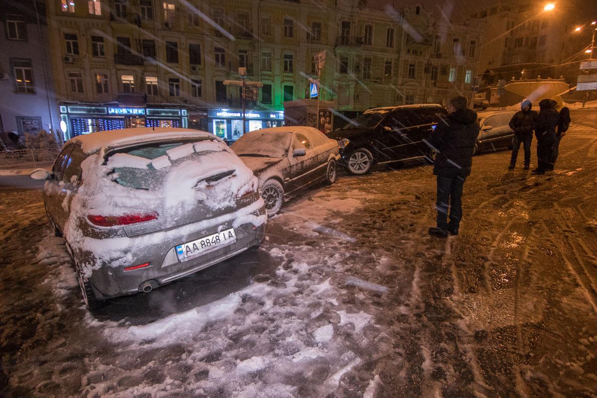 В центре Киева из-за снегопада за 20 минут столкнулись пять машин