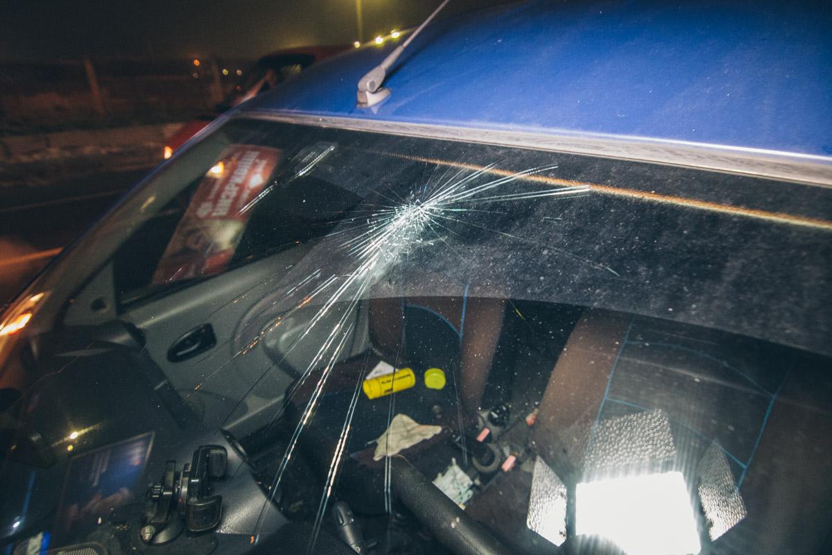 """Также именно в Dacia оказались все пострадавшие. И если водитель от госпитализации отказался, то двух девушек увезла """"скорая"""""""