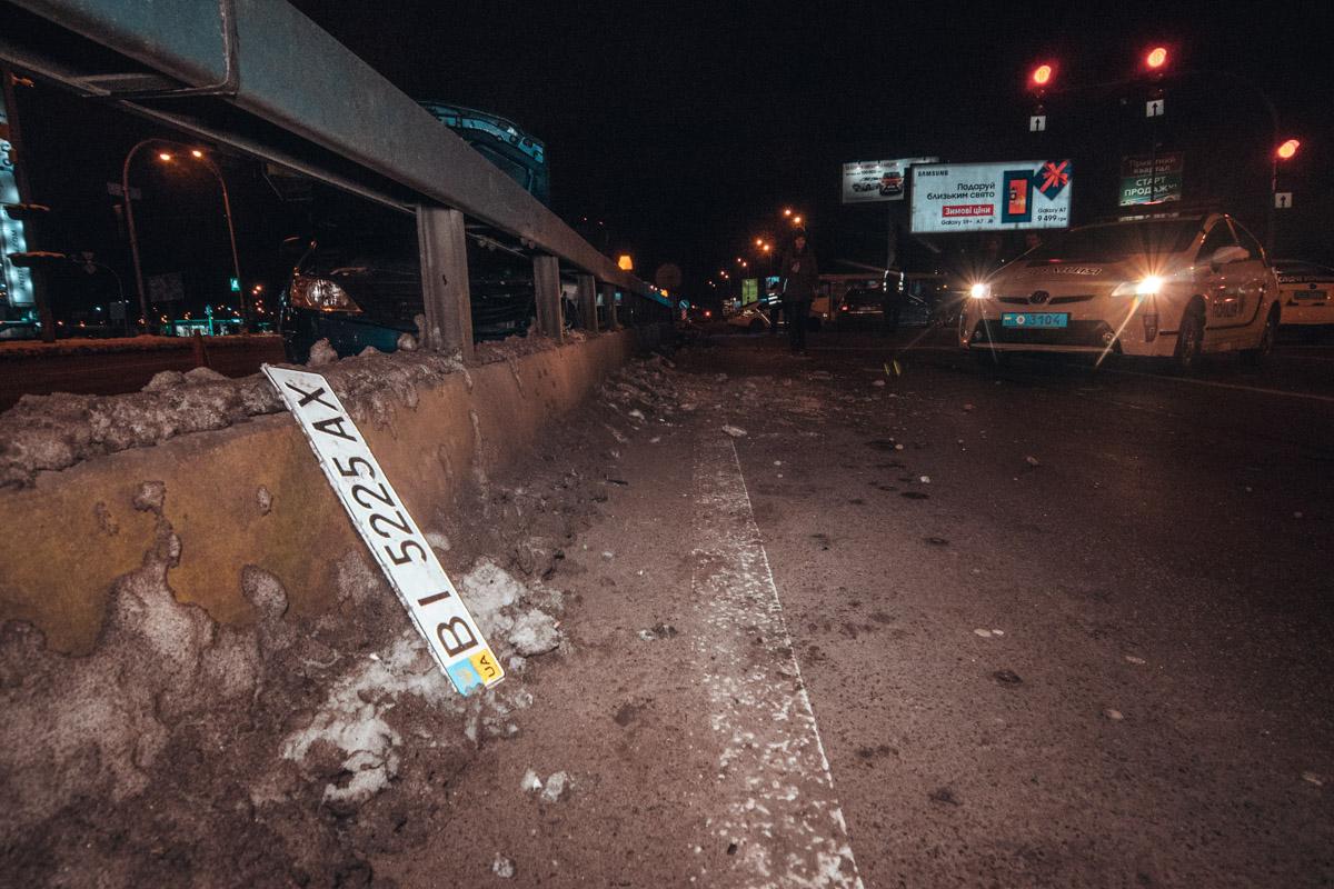 От удара водитель такси вылетел из машины через окно