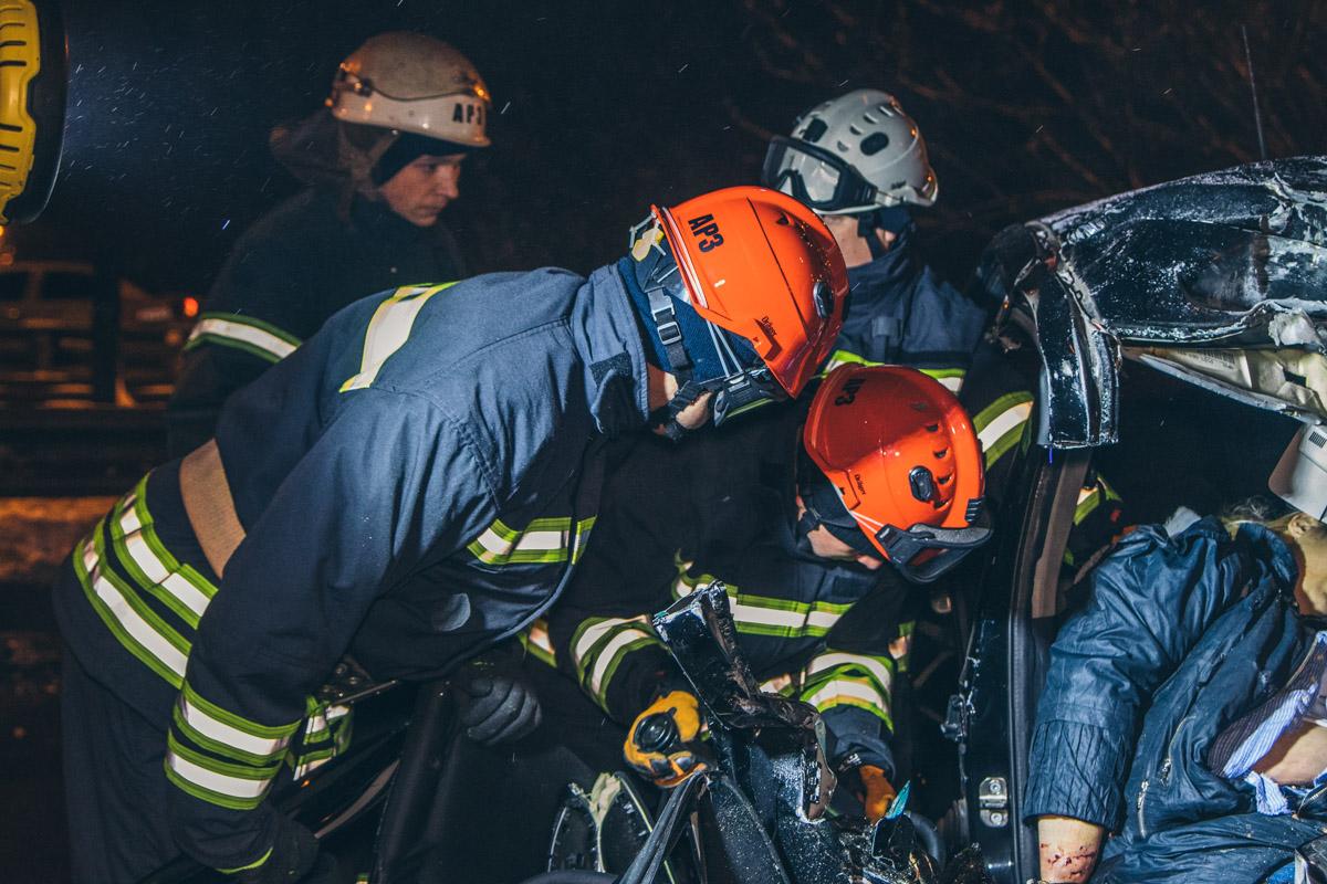 На место прибыли спасатели, чтобы вырезать пострадавшую из покореженного автомобиля и передать медикам