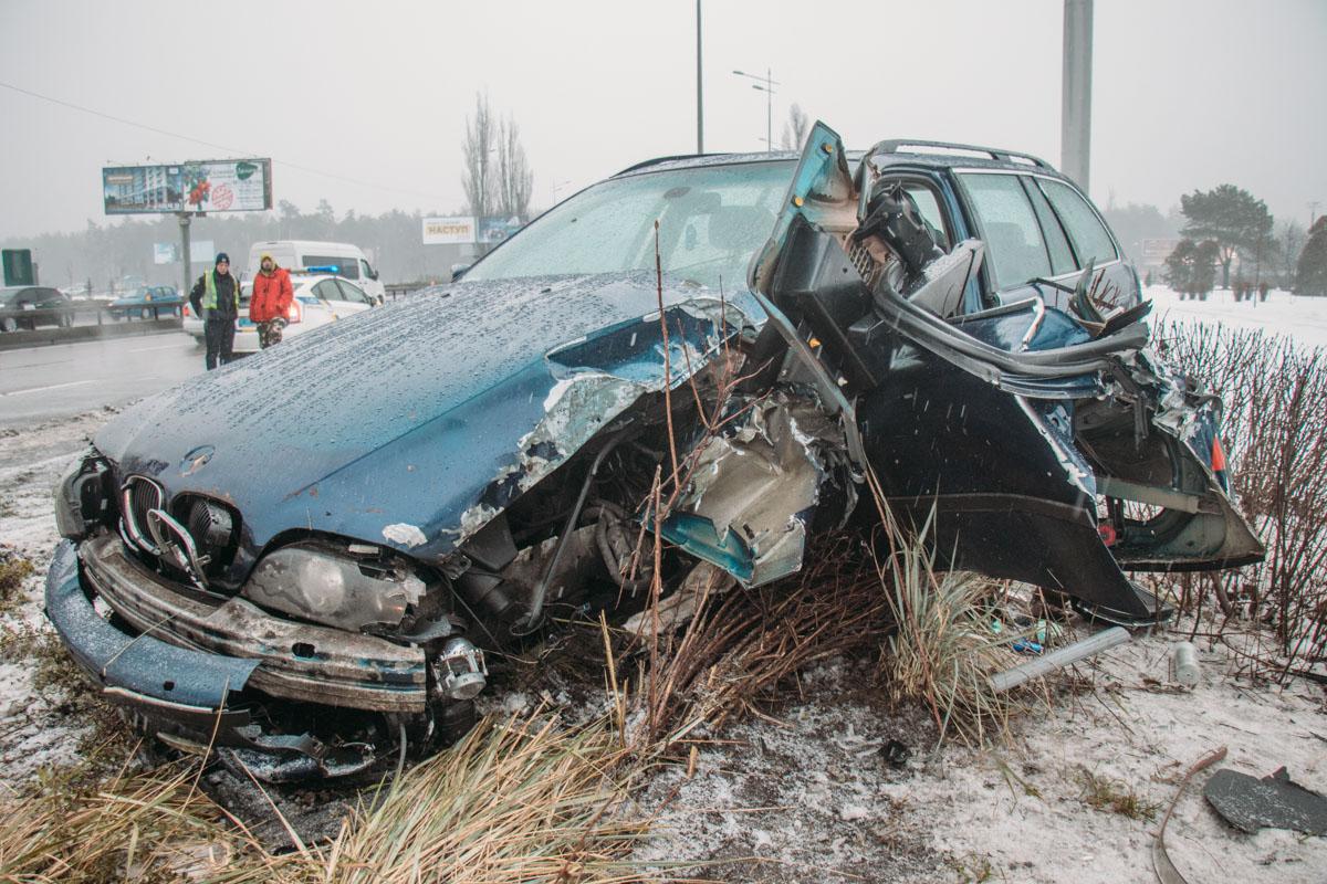 Чтобы уйти от столкновения, водитель легковушки резко вывернул руль, машину занесло
