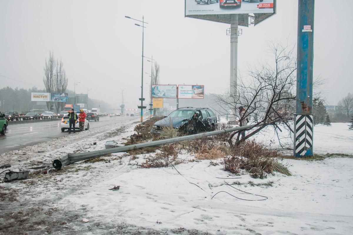 """BMW снесла электроопору и вылетела на обочину в центре """"круга"""""""