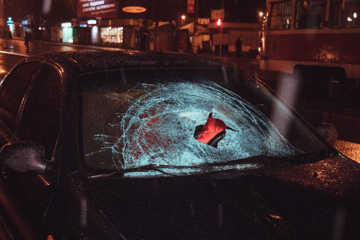 От столкновения с машиной пострадавший сначала вылетел на передний бампер автомобиля, разбил телом лобовое стекло, после чего оказался на крыше