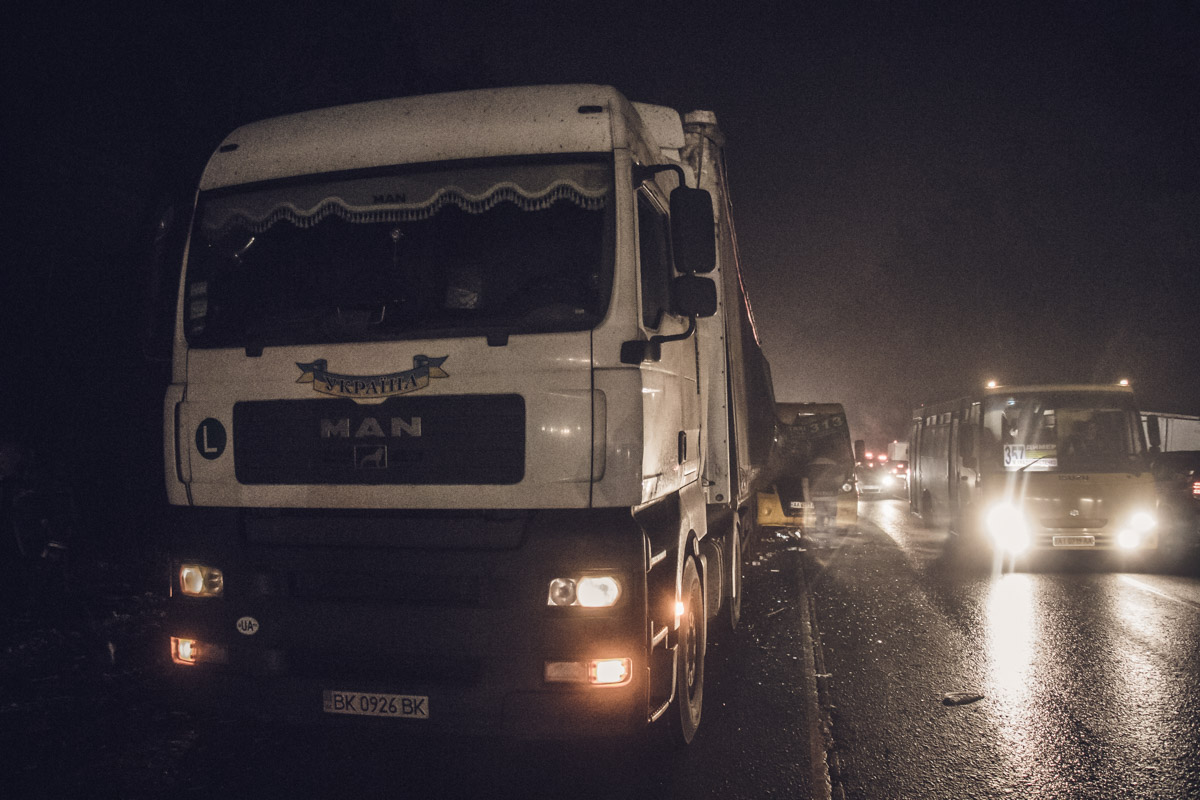 На Гостомельском шоссе маршрутка врезалась в фуру