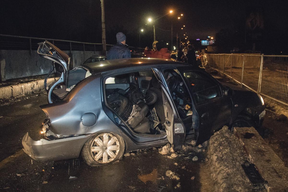 Удар был столь сильным, чтоRenault развернуло на дороге