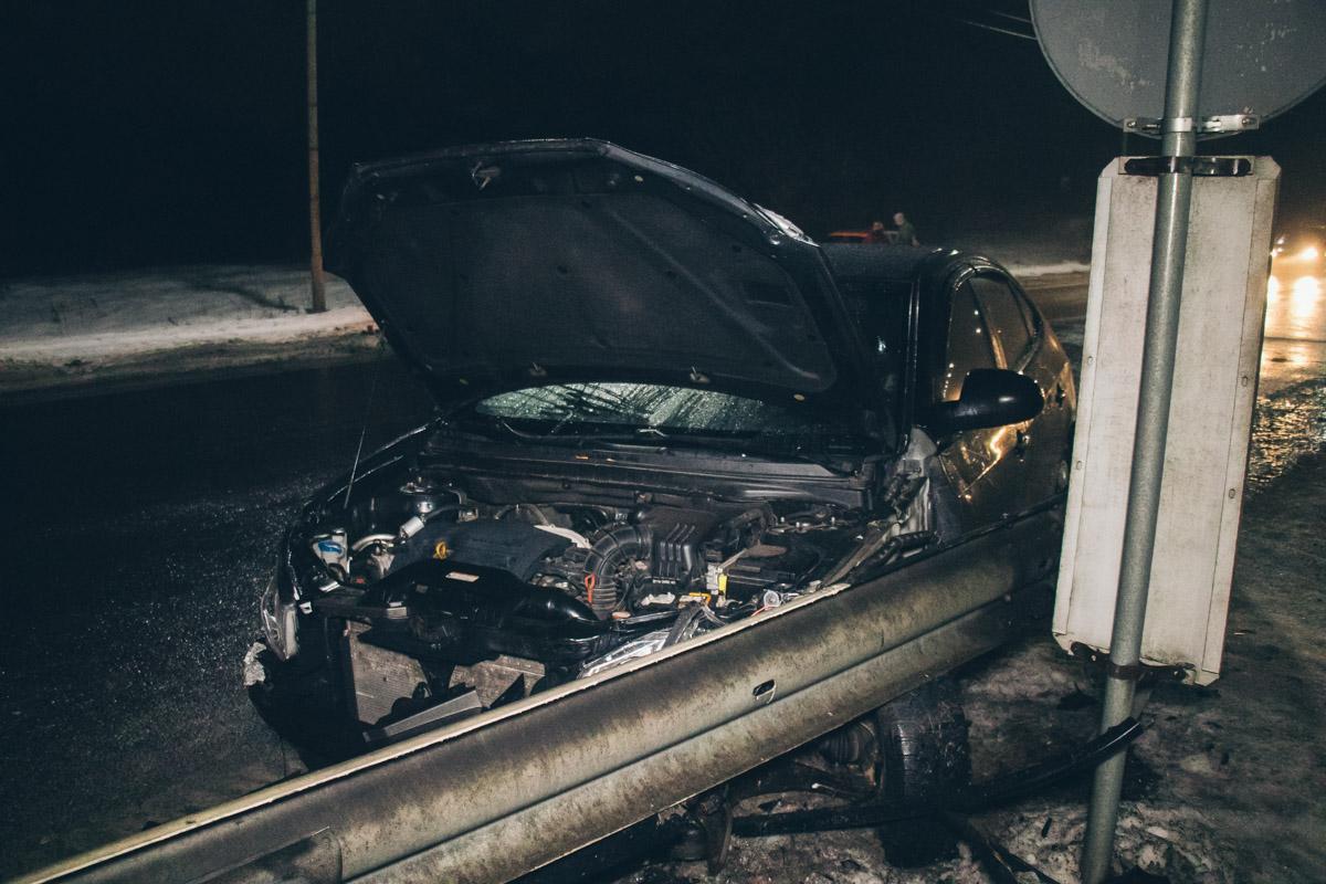 Автомобиль Hyundai въехал в Opel и врезался в отбойник