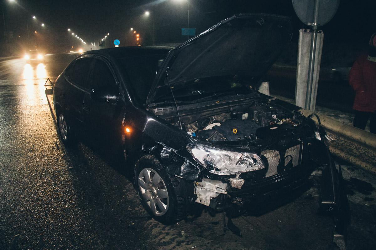 Водители обеих машин утверждают, что двигались на допустимой скорости. У одного из автомобилей поврежден бампер, у второго - передняя боковая дверь