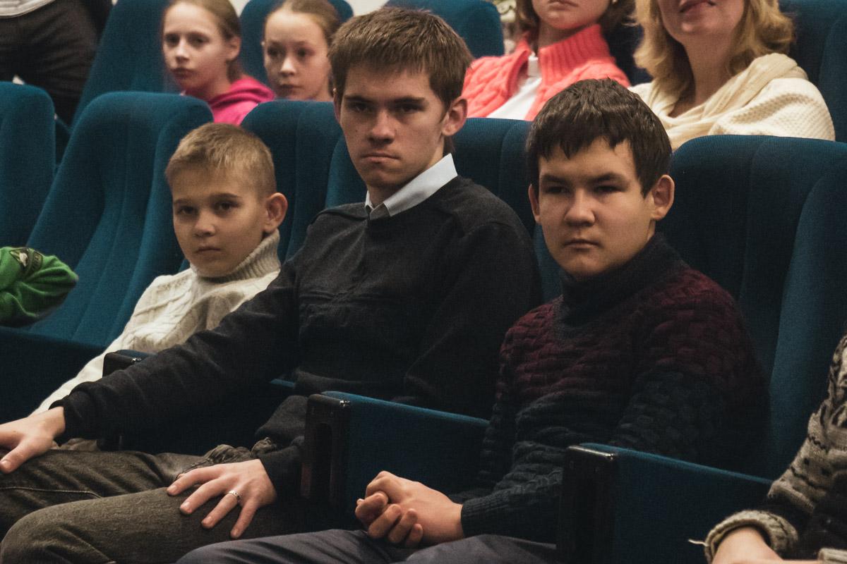 Дети и их родители внимательно слушали выступления футболистов