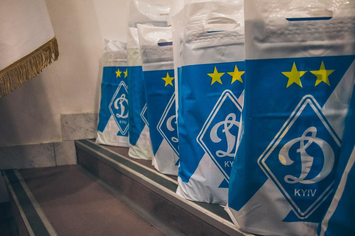 После завершения официальной части мероприятия футболисты вручили детям памятные подарки