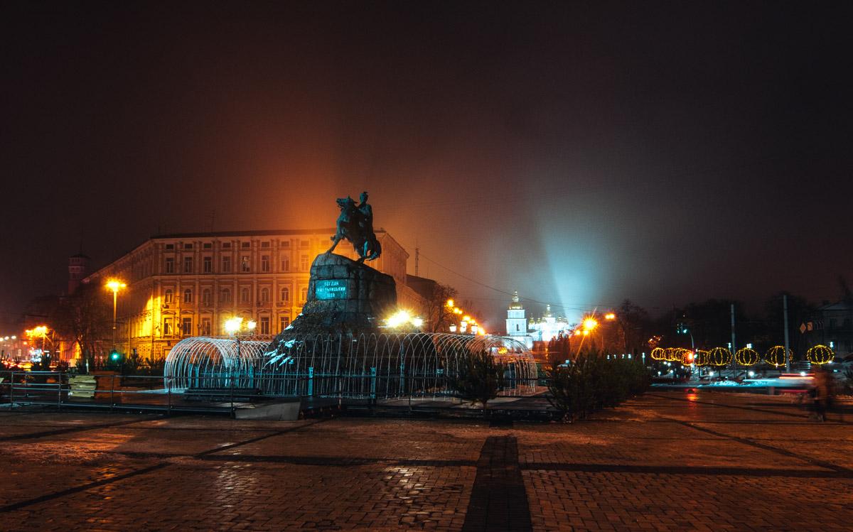 Также на площади установлены и другие элементы новогоднего городка