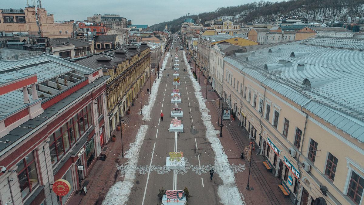 Вдоль улицы развешивают праздничную иллюминацию