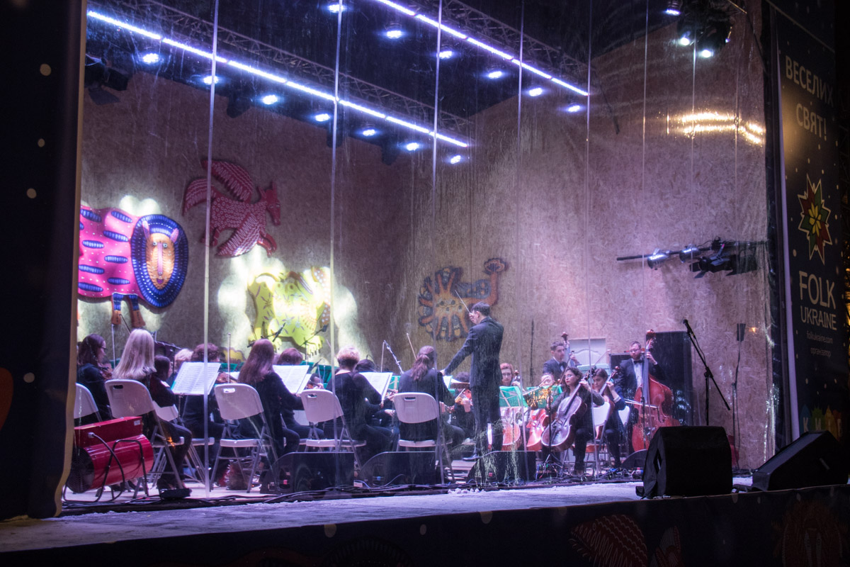 На сцене выступал виртуозный оркестр