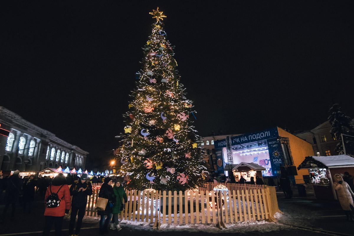 Все веселились, грелись глинтвейном и радовались, особенно, когда новогоднее дерево засияло