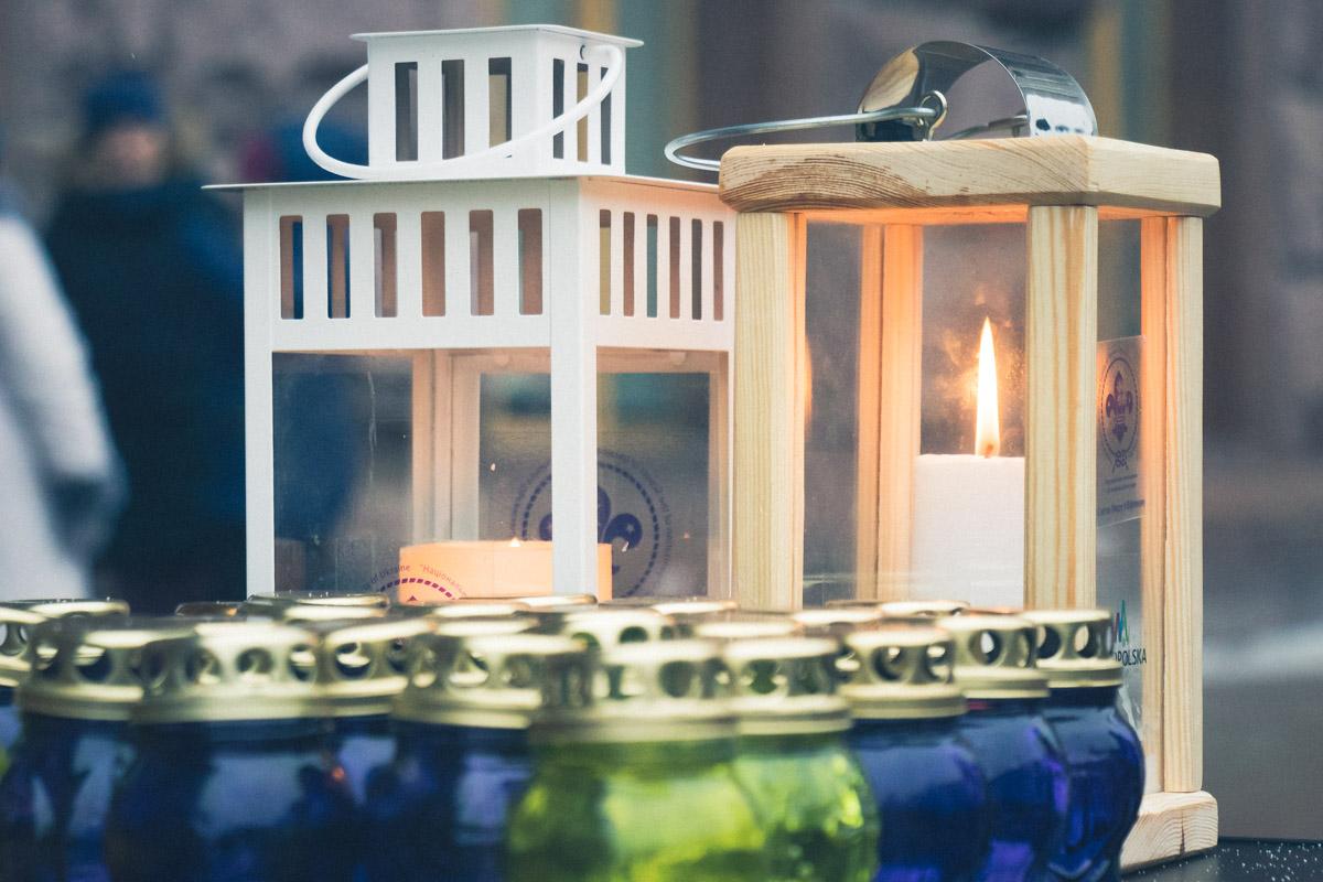 По дороге они поздравляли прохожих и делились светом от огня Мира из Вифлеема
