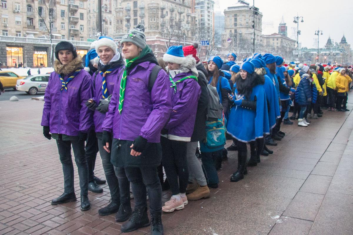олонтеры в рамках акции поздравляют детей, которые переехали в Киев из зоны АТО, которые попали в тяжелые жизненные ситуации, многодетные и малообеспеченные семьи
