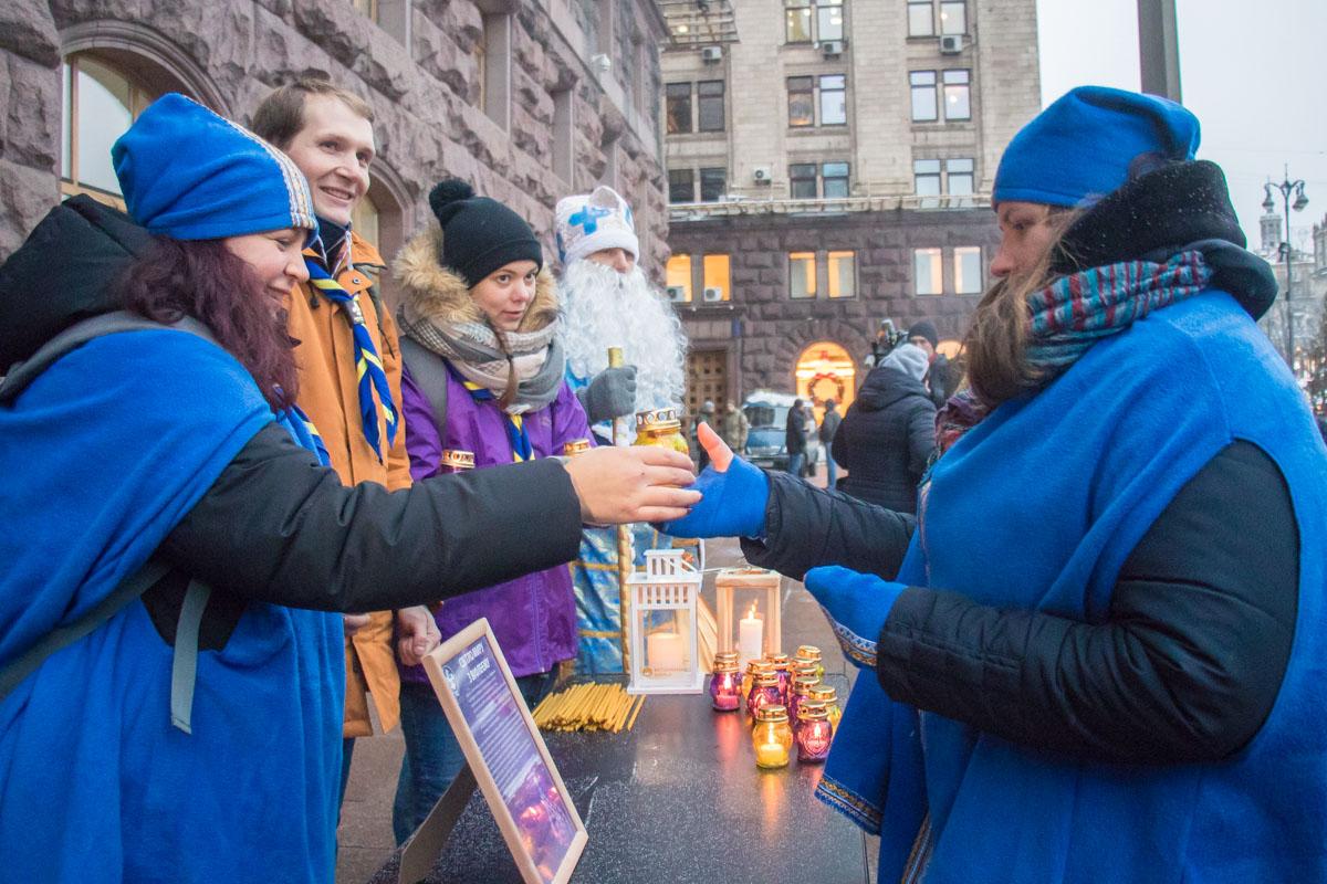 Участники парада дарили всем желающим частичку огня Мира из Вифлеема