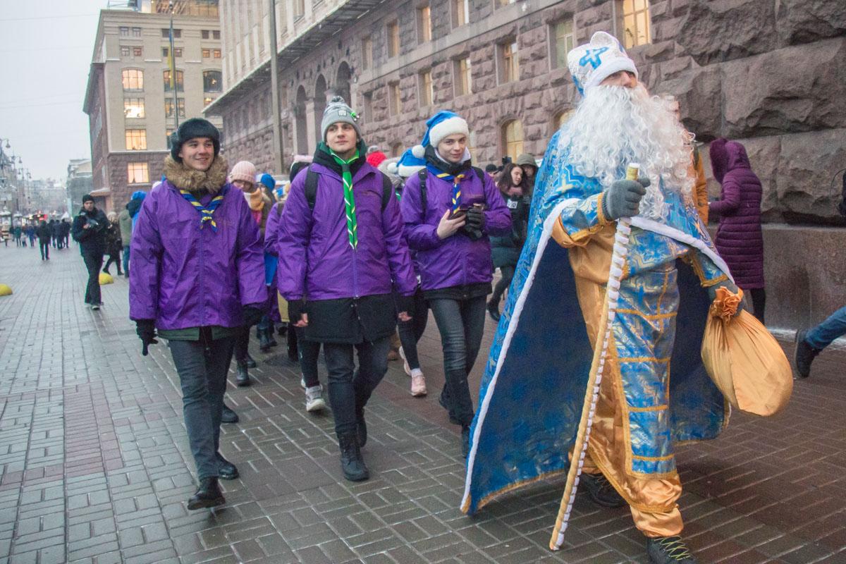 Все участники парада прошли организованной колонной от Крещатика на Контрактовую площадь